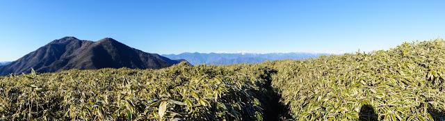 山梨百名山・竜ヶ岳頂上から望む雨ヶ岳や南アルプス
