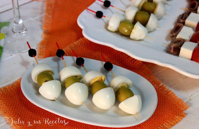 Brocheta de huevos de codorniz y aceitunas. Julia y sus recetas