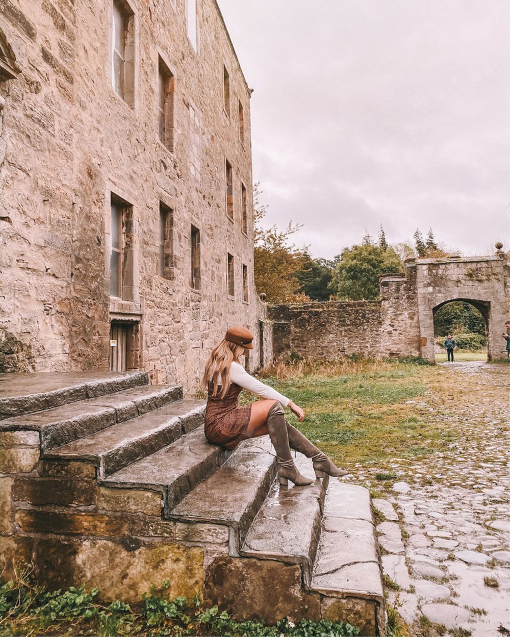 travel blogger Amanda Martin visits Lallybroch from Outlander