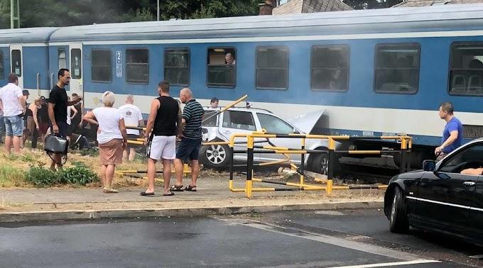 Összeütközött a vonat a Siófokon sínekre hajtó autóval, a sofőr súlyosan megsérült