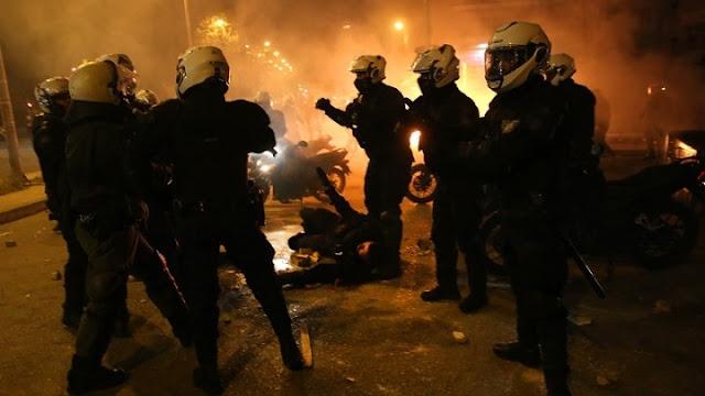 Πέντε τραυματίες αστυνομικοί από τα επεισόδια στη Νέα Σμύρνη - 16 συλλήψεις και 11 προσαγωγές (βίντεο)
