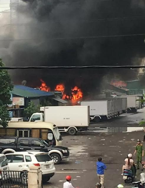 Cháy xe bồn chở xăng, khói đen bốc cao cả chục mét !