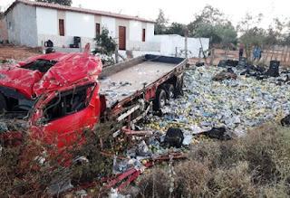 Caminhão carregado com Maracujá tomba