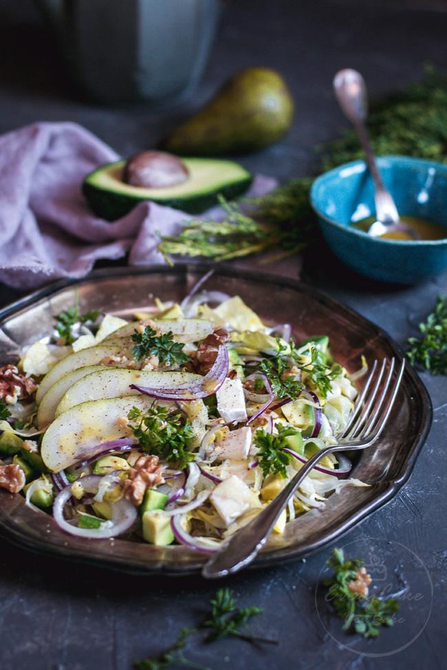 zimowa sałatka z cykorii i awokado z serem i gruszką
