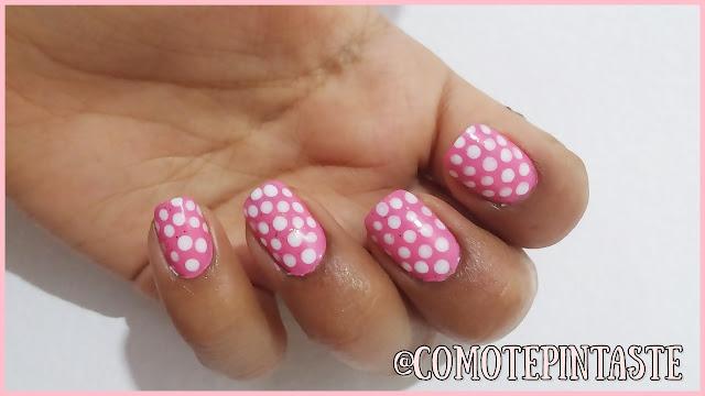 puntos blancos sobre fondo rosa bebé