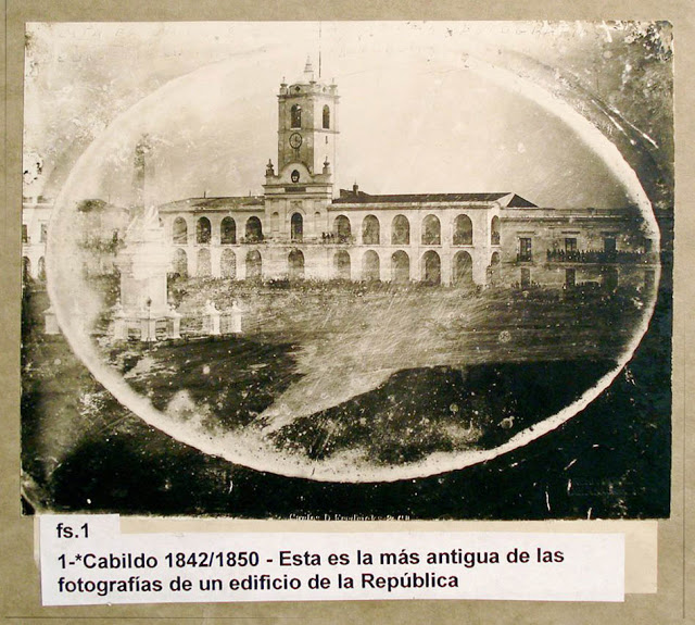 Fotografía antigua del Cabildo. En el epígrafe dice 1. Cabildo 1842/1850.  Esta es la más antigua de las fotografías de un edificio de la República