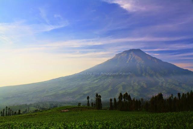 View Gunung Sumbing sesaat setelah sunrise dilihat dari Puncak Posong.
