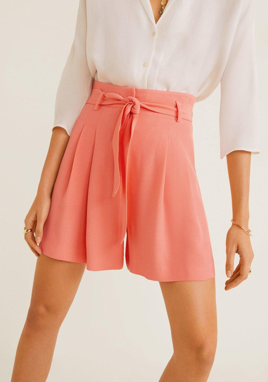 Fließende Shorts mit Taillenband von Mango, um 30 €