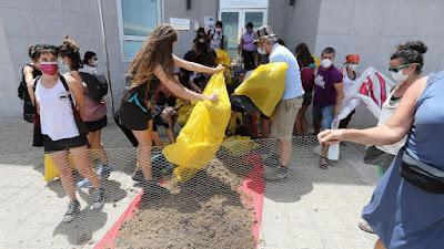Derraman estiercol en Frontex, Gran Canaria... Estiercol de caballo ha sido derramado en la entrada de Frontex en Gran Canaria