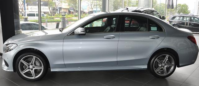 Phần hông Mercedes C300 AMG 2017 với điểm nhấn mâm xe 19-inch, đa chấu, thiết kế thể thao
