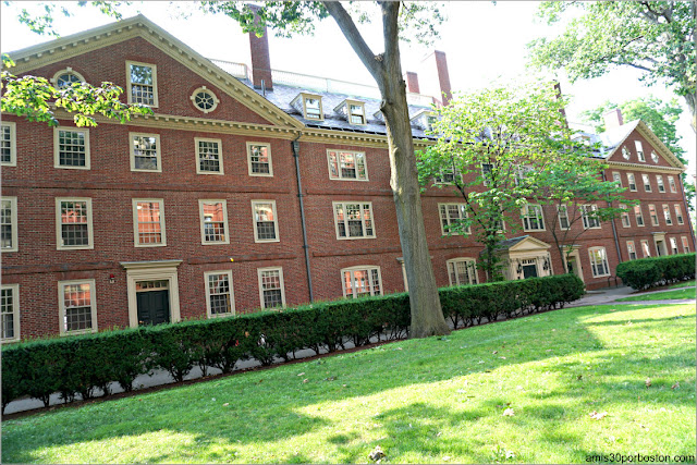 Straus Hall en el Campus de la Universidad de Harvard