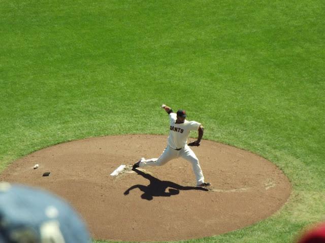 jogador de basebol arremessando uma bola