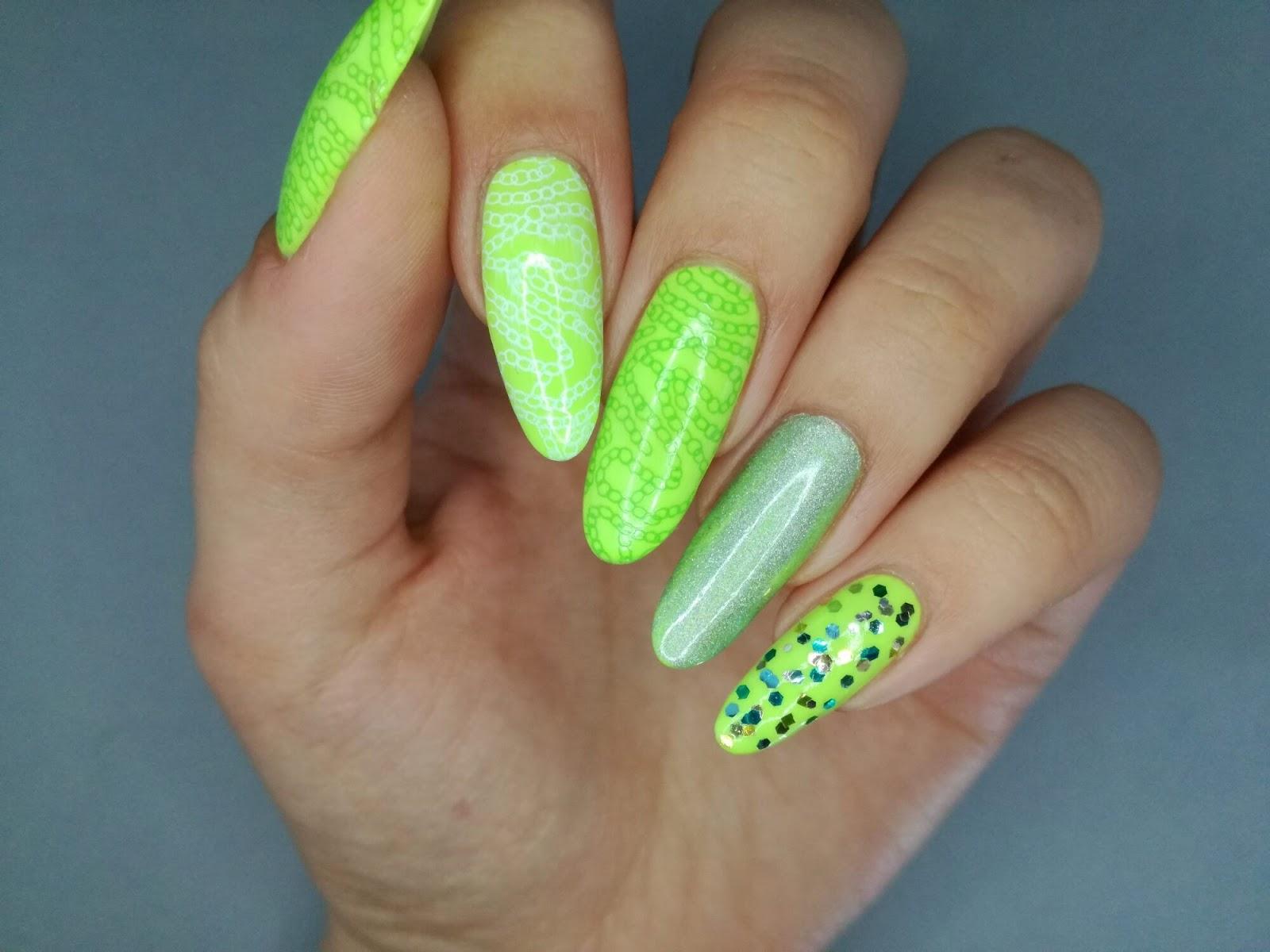 neon na paznokciach