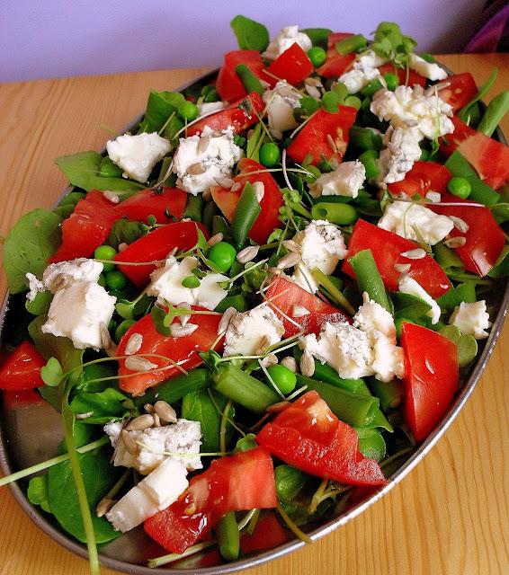 Sałatka z gorgonzolą, rukolą i pomidorami