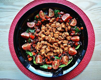 Sałatka ze szpinakiem i kurczakiem na ostro