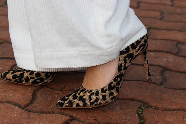 escarpins léopard cosmoparis et pantalon blanc naf naf, look du jour, les petites bulles de ma vie