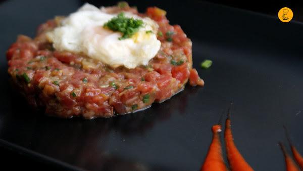 Steak tartar con huevo de codorniz y trufa en la Chusquery Madrid