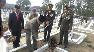 Walikota Sukabumi Ahmad Fahmi saat menabur bunga di Taman Makam Pahlawan Surya Kencana Kota Sukabumi (Foto: Istimewa)