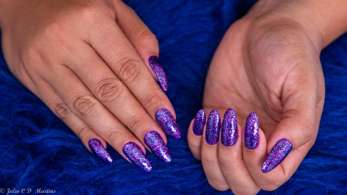 Unhas para o carnaval: esmalte roxo + glitter