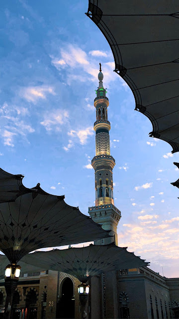 خلفية هاتف تصوير مظلات ومنارة المسجد النبوي عند الغروب