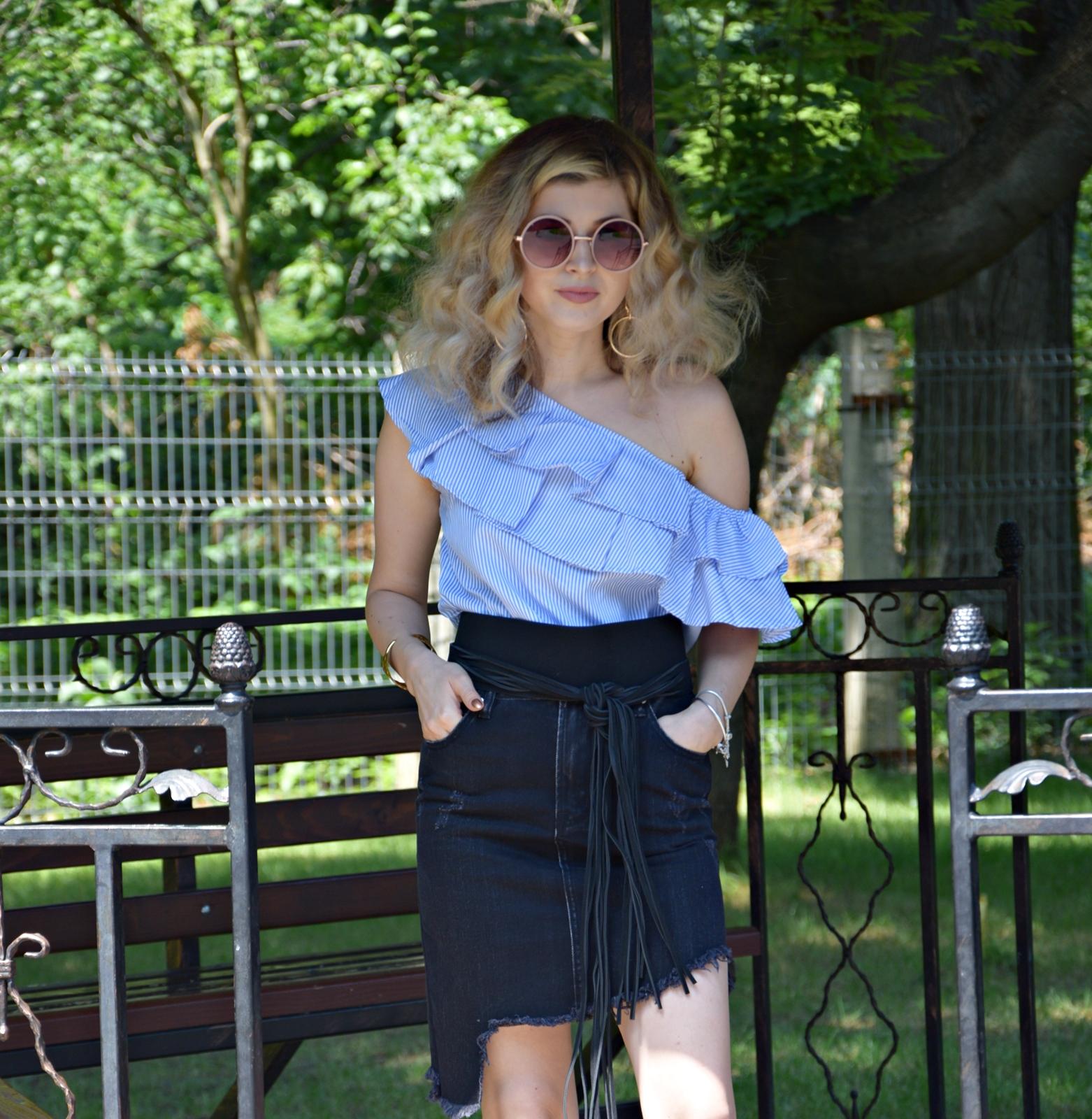 Bluza bleu ciel cu volane si umerii goi