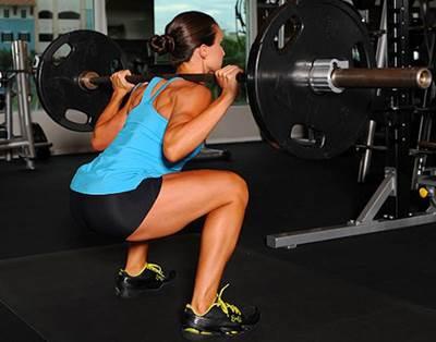 Sentadilla libre con barra sobre el músculo trapecio