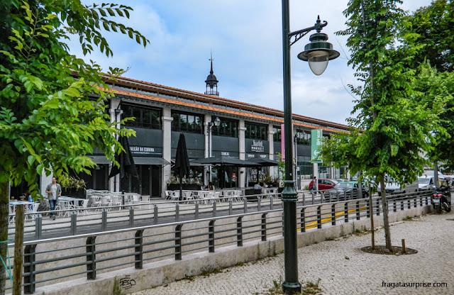 Mesas ao ar livre no Mercado da Ribeira, Lisboa