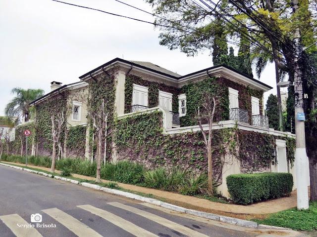 Vista ampla de um Casarão Neoclássico na Rua Prudente Correia 235 - Jardim Europa - São Paulo
