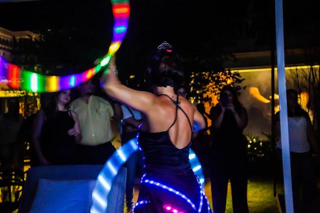 Show de bambolê de luzes para abertura da pista de dança em casamento na praia.