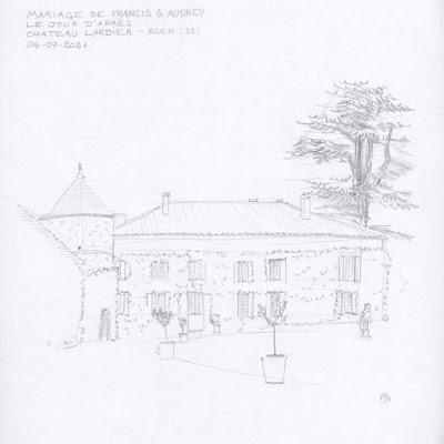 Une large façade à un étage, couverte de vigne vierge, avec une tourelle à gauche et un grand pin à droite