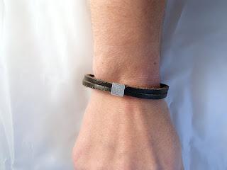 Vue sur un poignée du bracelet cuir noir décoré d'un motif spirale