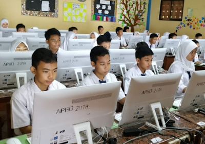 Contoh Soal Membandingan Penggunaan Bahasa dan Pola Penyajian Beberapa Jenis Teks - UNBK SMP 2020