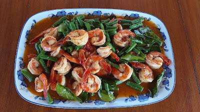 Crevetten mit Bohnen an rotem Thai-Curry