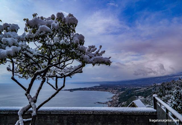 Neve nos Jardins da Villa Comunale, Taormina, Sicília