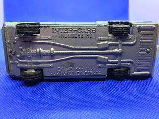 フォード サンダーバードのおんぼろミニカーを底面から撮影