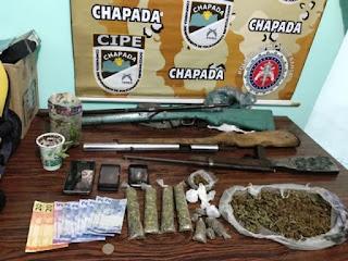 Dinheiro, armas, drogas e moto são apreendidos