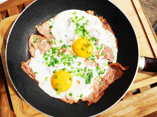 Jajka sadzone na szynce ze szczypiorkiem