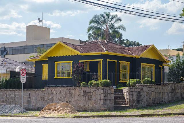 Casa pintada de amarelo e preto