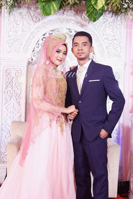 Resepsi pernikahan muslim dengan busana semi gaun hijab