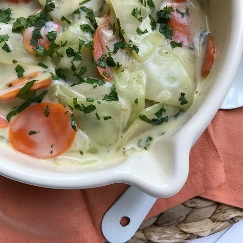 Möhren-Kohlrabi-Gemüse in heller Sauce