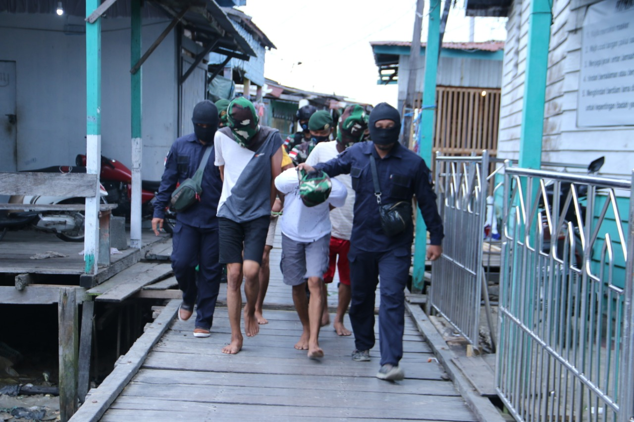 Satgas Pamtas Yonarhanud 16 Ringkus 4 Pemuda Pembawa Sabu