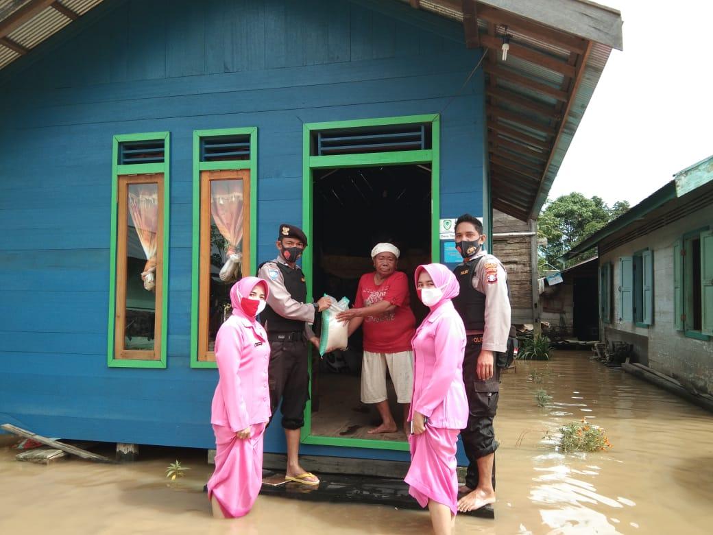 Door to Door, Kapolsek Seruyan Hulu dan Bhayangkari Berikan Bantuan Korban Banjir