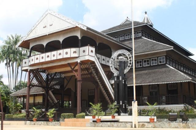 Rumah Adat Provinsi Kalimantan Barat ( Rumah Istana Kesultanan Pontianak )