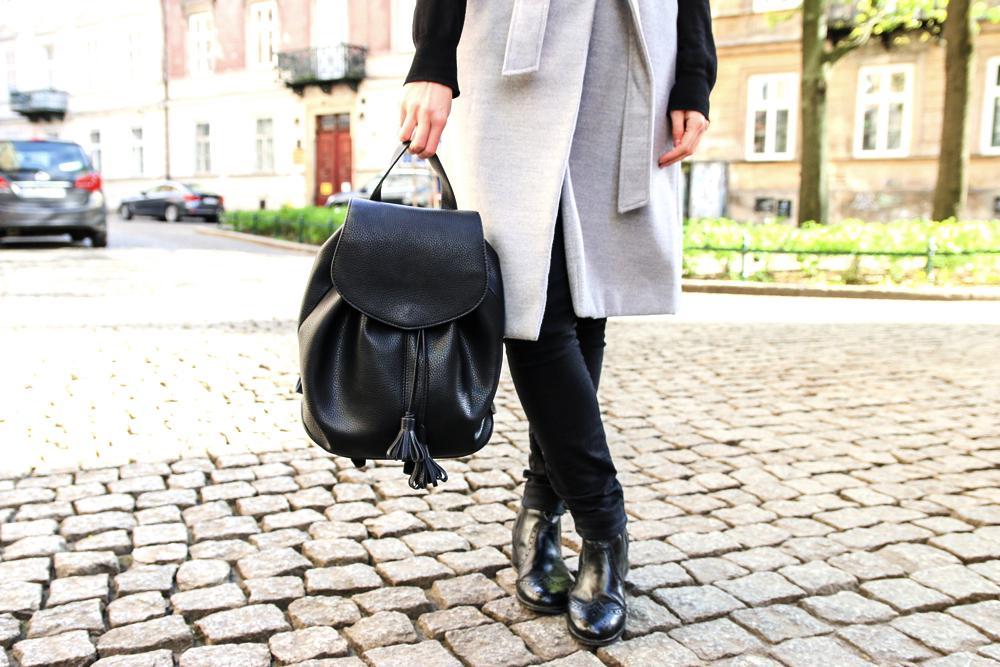 Jesienna stylizacja. Skórzany plecak.