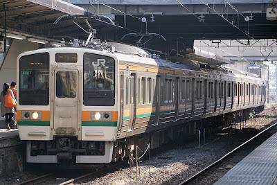 高崎駅停車中の211系