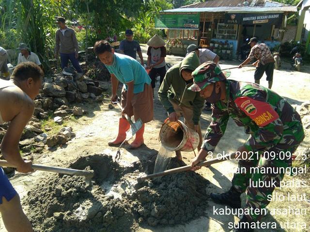 Bangun Kekompakan, Personel jajaran Kodim 0208/Asahan Ajak Warga Gotong Royong Perbaiki Saluran Air