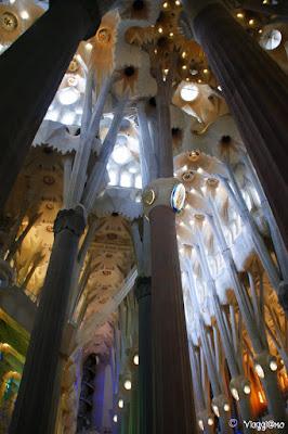 Gli interni della Sagrada Familia di Gaudì le colonne