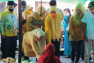 IDP Borong Dagangan di Pasar Tente, Para Pedagang Senang