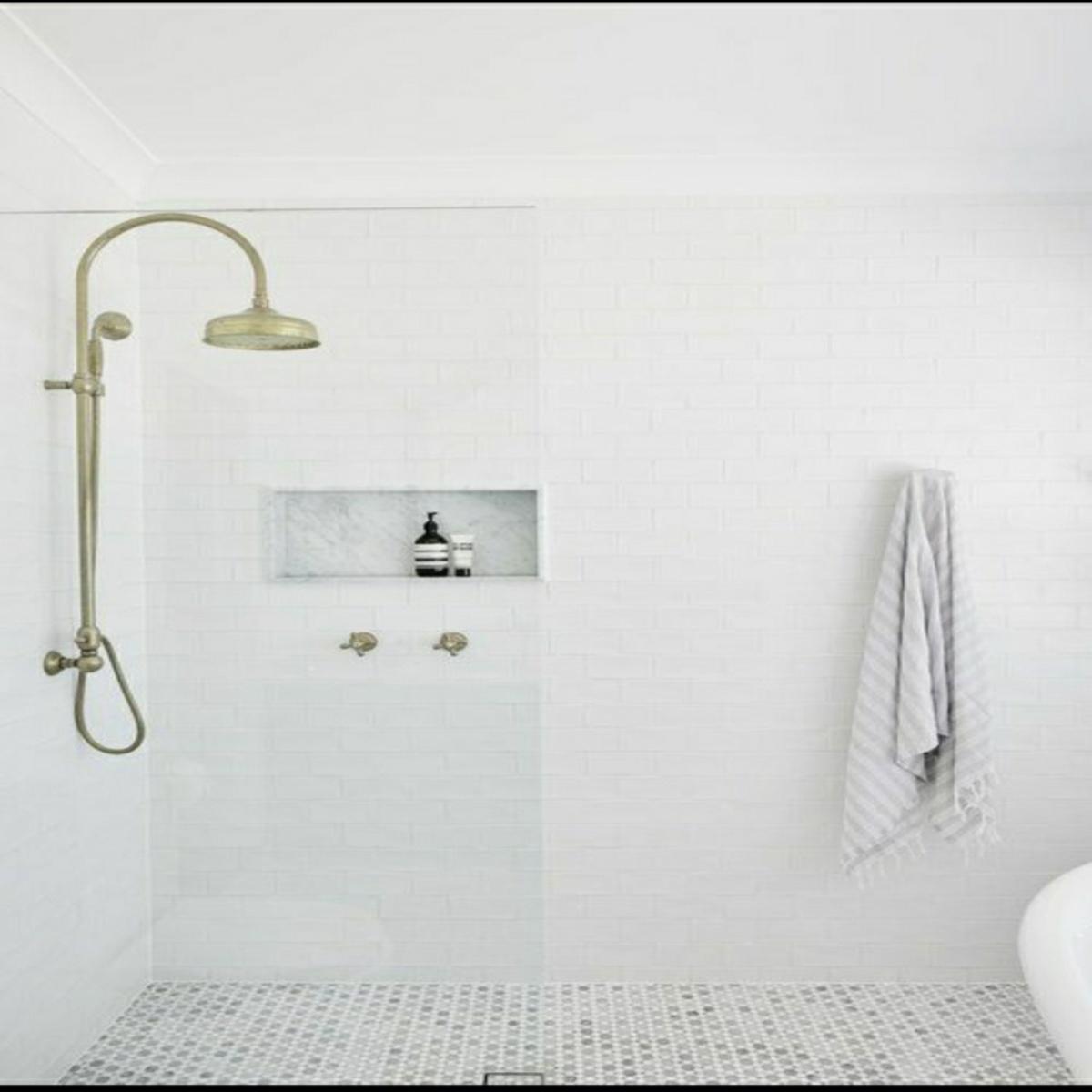 kamar mandi keramik putih bersih