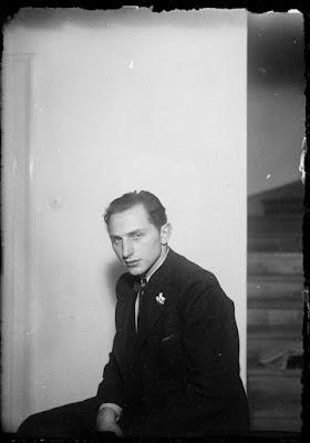 Junger Mann vor eine Wand - im Hintergrund eine Treppe - nach 1940